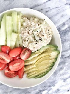Tuna salad babe bowl A delicious bowl of protein, healthy fat, and fiber that will keep you full all afternoon. Plus, the best tuna salad recipe. Lunch Recipes, Salad Recipes, Diet Recipes, Cooking Recipes, Healthy Recipes, Entree Recipes, Healthy Fats, Healthy Snacks, Healthy Eating