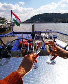 Passear de barco a desfrutar de uma boa paisagem, com uma boa companhia. Momentos de lazer praticados pela observação. Budapeste, Hungria