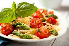 Asparagus and cherry tomatoes spaghetti. Healthy Eating Tips, Healthy Foods To Eat, Healthy Recipes, Sauce Carbonara, Italian Dining, Queso Fresco, Italian Pasta, Mediterranean Diet, Cherry Tomatoes