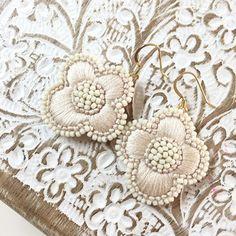 Textile Jewelry, Embroidery Jewelry, Beaded Embroidery, Embroidery Patterns, Hand Embroidery, Shibori, Diy Jewelry, Jewelry Making, Azul Tiffany
