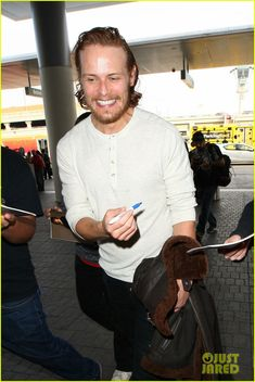 Outlander's Sam Heughan Flies Out of Town Looking Swoon-Worthy!   outlanders sam heughan heads out of town 02 - Photo