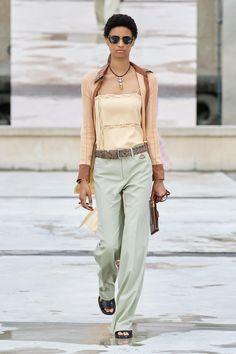Défilé Chloé Printemps-été 2021 Prêt-à-porter - Madame Figaro Donatella Versace, Chloe, Fashion Week, Fashion Show, Fashion Trends, Paris Fashion, Womens Fashion, La Girl, Vestidos