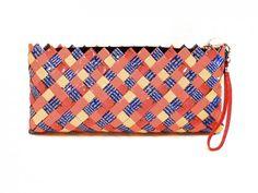 Morsom clutchveske i blått/orange/rødt/mm. som frisker opp et hvert antrekk.  Flettet av resirkulert foliert emballasje av kvinner i Manila. Rettferdig handel. Bags, Fashion, Handbags, Moda, Fashion Styles, Totes, Lv Bags, Hand Bags, Fashion Illustrations