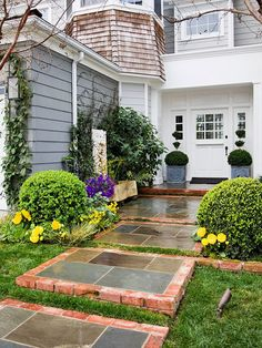 Adorable 40 Gorgeous Front Yard Pathways Landscaping Ideas on A Budget https://homemainly.com/1007/40-gorgeous-front-yard-pathways-landscaping-ideas-budget #WalkwayLandscaping