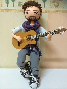 Fofucho cantante con guitarra