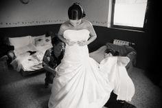 A készülődés pillanatai. Niké és Gábor esküvői beszámolója hamarosan az oldalon! Fotó: Room 8 Photography #esküvő #eskuvo #wedding