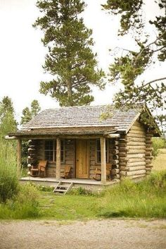 40 The Best Rustic Tiny House Ideas With the introduction of advanced building systems and ready usage of cranes and other heavy equipment, little cabin homes have become a favorite choice both in the rural and suburban [Continue Read] Small Log Cabin, Little Cabin, Log Cabin Homes, Cozy Cabin, Little Houses, Tiny Houses, Guest Cabin, Barn Houses, Old Cabins