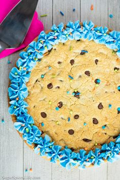 Chocolate Chip Cookie Cake - January 31 2019 at - and Inspiration - Yummy Sweet Meals And Chocolates - Bakery Recipes Ideas - And Kitchen Motivation - Delicious Sweets - Comfort Foods - Fans Of Food Addiction - Decadent Lifestyle Choices Giant Cookie Recipes, Soft Chocolate Chip Cookies, Cookie Frosting, Lunch Box Recipes, Icing Recipe, Cake Cookies, Cupcakes, Coffee Recipes, Yummy Cakes