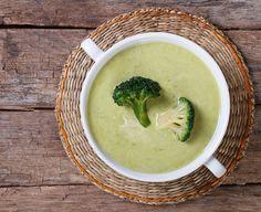 Sopa de brócolis Ingredientes 1 colher (sopa) de margarina light 1 cebola média picada 1 talo de aipo picado 2 dentes de alho picados 1 colher (chá) de tomilho ou salsinha picada 8 xícaras (chá) de brócolis picados 2 xícaras (chá) de água 4 xícaras (chá) de caldo de legumes ½ colher (chá) de sal Pimenta moída na hora a gosto