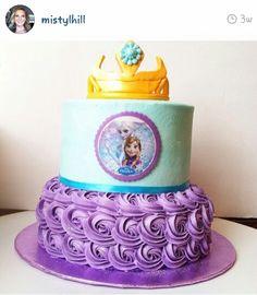Frozen birthday cake - Doesnt that buttercream look amazing? Frozen 3rd Birthday, Frozen Birthday Cake, Birthday Cakes, 7th Birthday, Birthday Ideas, Disney Frozen Party, Cupcakes, Cupcake Cakes, Frozen Theme Cake