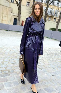 Every fashion week, the fashion lovers must always wait for street style photos of the fashionista who attended the series of fashion shows. Rain Fashion, Fashion Week, Star Fashion, Fashion Outfits, Womens Fashion, Black Raincoat, Pvc Raincoat, Vinyl Raincoat, Plastic Raincoat