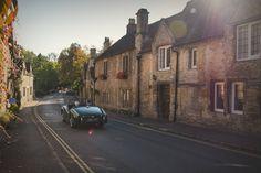 Cours séjour en solo dans les Costwolds et le fameux village de Castle Combe dans le sud-ouest anglais. Randonnée dans les Costwolds de Bath à Castle Combe. Balade dans la campagne anglaise. Voyage en bus en angleterre, Costwolds, Castle Combe, Que faire à Castle Combe, Comment aller à Castle Combe, Que faire dans les Costwolds, Que faire à Bath, Campagne anglaise, Que faire en campagne anglaise, Ou aller en Angleterre, road trip angleterre, voyage solo angleterre, voyager en solo en angleterre Road Trip Uk, Castle Combe, Lens Flare, Solo Travel, Old Cars, Bath, Places To Go, Weird, Sunshine