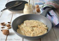 Il petto di pollo in salsa di noci è la ricetta perfetta da portare in tavola quando si ha poco tempo e non si vuole rinunciare a qualcosa di gustoso.