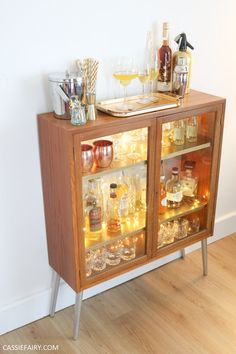 retro home decor How to DIY a retro mid-century cocktail cabinet for your festive parties Retro Furniture Makeover, Shabby Chic Furniture, Furniture Vanity, Furniture Logo, Furniture Companies, Upcycled Furniture, Furniture Stores, Furniture Projects, Rustic Furniture