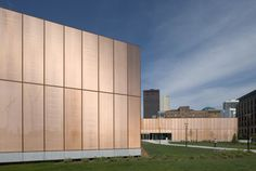 Des Moines Public Library, Des Moines Iowa by David Chipperfield. The library provides a link to downtown Des Moines. Facade Design, Küchen Design, Facade Architecture, Contemporary Architecture, Industrial Architecture, Classical Architecture, Des Moines Library, Pop Up, Metal Company