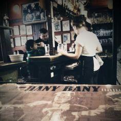 """Hany Bany - chyba kultowy już praski pub dla wielbicieli """"Pulp fiction"""", podwójnego piwa Staropramen podczas happy hours, hranolków na przekąskę i świetnej atmosfery. Wszystko niespodziewanie - w centrum Pragi - 5 minut pieszo od mostu Karola. Tu nie tylko warto pojechać, ale też i wracać! :)"""