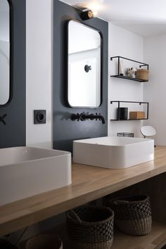 En Lyon, Francia, el interiorista detrás de BC Atelier ha reformado el baño y la habitación de un pequeño apartamento de estilo minimalista. Interior Design Toilet, Cosy Interior, Modern Bathroom Design, Dream Bathrooms, Amazing Bathrooms, Laundry In Bathroom, Small Bathroom, Bathroom Layout, House Rooms