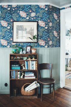 Un intérieur bohème scandinave délicieux  William morris interior scheme, floral printed wallpapers paired with dark wood flooring and furniture. Antique style wooden chair and cabinet.