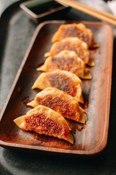 Japanese Gyoza, Japanese Food, Japanese Meat Recipe, Japanese Recipes, Chinese Recipes, Asia Food, Chicken Spring Rolls, Chinese Dumplings, Steamed Dumplings