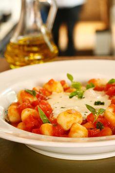 Nhoque do Zena Caffé leva molho de tomate fresco e folhas de manjericão e é servido ao redor de uma tentadora fonduta de queijo stracchino (Foto: Divulgação)