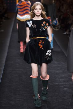 Celebrities who wear, use, or own Fendi Fall 2016 Ruffled Floral Print Velvet Dress. Also discover the movies, TV shows, and events associated with Fendi Fall 2016 Ruffled Floral Print Velvet Dress. Catwalk Fashion, High Fashion, Winter Fashion, Fashion Show, Fashion Trends, Milan Fashion, Fendi, Business Dress, Vogue
