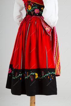 Traje de lavradeira vermelho   Trajes de Festa - Marta Prozil - Atelier de Artesanato de Viana Portuguese Culture, Folk Clothing, Glamour, Ethnic Fashion, Traditional Outfits, Portugal, Ideias Fashion, Costumes, My Style