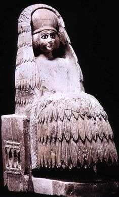 Alabaster statue of priestess, dedicated in temple of the goddess Ninni-Zaza, Mari, c. 2400 BCE. Note 'polos' headdress and veil.