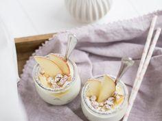 Quoi de plus romantique qu'un petit déjeuner au lit ? On vous donne de l'inspiration pour sa préparation avec cette recette de yaourt aux pommes et aux noix !