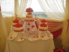 Очень необычный свадебный торт. Яркие красные цветы и ленты - для яркой и незабываемой свадьбы.