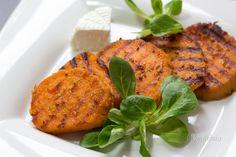 Batáty, alebo sladké zemiaky, sú jednou z mojich najviac obľúbených potravín vôbec. Škoda, že sú u nás tak nejako zabudnuté. Totiž okrem toho, že aj s minimálnou úpravou skvele chutia, sú zároveň nadupané vlákninou, železom, draslíkom, vitamínmi skupiny B, kyselinou listovou a ďaľšími zdraviu prospešnými látkami. Skúšala som s nimi rôzne experimentovať, ale najviac mi asi chutia takto pečené.