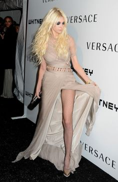 """Taylor Momsen shines on the red carpet at the Whitney Museum Gala in New York City on Monday (October The """"Gossip Girl"""" cutie is wearing Versace. Taylor Momsen Style, Taylor Michel Momsen, Taylor Momson, Jenny Humphrey, Sexy Girl, Vogue, Summer Shirts, Gossip Girl, Sexy Legs"""