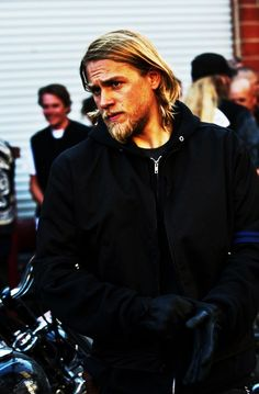 My GOD, i cannot get over how Charlie Hunnam is so hot. Whatta hunk <3 biggest celebrity crush by far.
