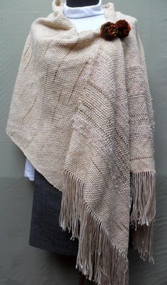 2014-7 Chal en color natural con broche 004 Poncho Pattern Sewing, Sewing Patterns, Mature Women Fashion, Loom Weaving, Boho Fashion, Textiles, Weaving Projects, Knitting, Crochet