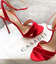 cfbfd5e2ed6d Chaussures Rouges, Mode Femme, Talons Rouges, Talons Aiguille, Belles  Chaussures, Robe