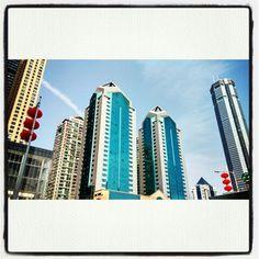 """Shenzhen wächst und wächst. Anbei an aktuelles Bild des ehemaligen höchsten Towers v. Shenzhen, in dem Technik, Gadgets und Co. Nummer Eins sind. Direkt in der Elektronikmeile v. China.  Für Technikinteressierte einen Abstecher wert? """"JA""""!  Hier hat im Prinzip alles angefangen, die Suche, das Testen, Kontakte aufbauen ... Aktuell sind wir nach einem erfolgreichen Blog bei einem Onlineshop und freuen uns auf einen spannenden Weg für die nächsten Jahre.   #gadets #shenzhen #china #shop #online…"""