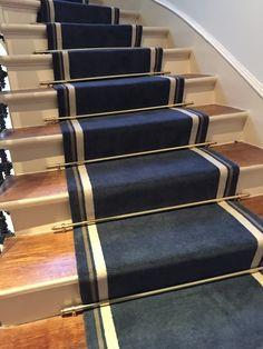 Le tapis a été réalisé uni avec une bordure, pour s'harmoniser avec la peinture des murs et des portes palières.