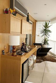 Decoração de apartamento, apartamento, com ambientes integrados com tons neutros, decoração com personalidade. Bar, bar em casa, plantas na decoração.