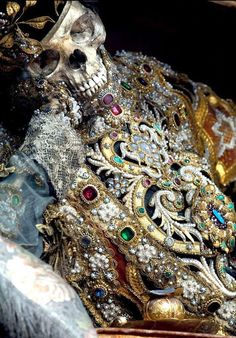 Unbelievable Skeletons Unearthed From The Catacombs Across Europe - not quite memento mori but beautiful, macabre relics Memento Mori, Rome Catacombs, Diesel Punk, Catholic Saints, Catholic Churches, Skull And Bones, Ancient History, The Incredibles, Jewels