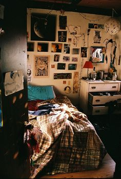 Quirky Bedroom, Grunge Bedroom, Hippy Bedroom, Aesthetic Bedroom, Cozy Bedroom, Bedroom Inspo, Bedroom Ideas, Bedroom Decor, Bedroom Designs