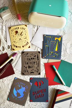 How To Make Easy Father's Day Cards With Cricut Joy #cricutcreated #cricutjoy #fathersday #cards #kidscrafts Diy Father's Day Gifts, Father's Day Diy, Fathers Day Cards, Happy Fathers Day, Cricut Explore Projects, Cricut Cards, Some Cards, How To Make Paper, Holidays And Events
