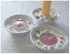 Söta små ljusstakar som även de  minsta barnen kan vara med att göra.    Du behöver:   Muffinsformar i metall  Pärlor (helst av glas)  Lju...