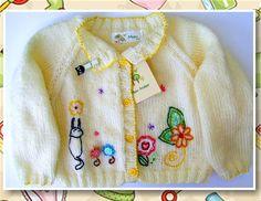 Casaquinho em tricô para bebê com bordados. Vem saber mais lá no blog! http://miauartes.blogspot.com.br/ #artesanato #tricô