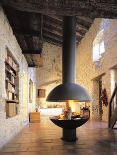 #Salon en pierres et #bois avec cheminée design boule centrale