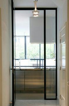 Lodder keukens combi paneeldeur met moderne zwarte stalen deur
