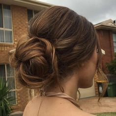 Messy Bun Guide: 40 Newest Messy Buns for 2019 - Hair - Französischer Zopf Bouffant Hair Updo, Prom Hair Bun, Tail Hairstyle, Short Hair Bun, Prom Hairstyles For Short Hair, Messy Bun Hairstyles, Messy Hairstyles, Wedding Hairstyles, Casual Hairstyles