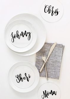 Fake personalized plates this Friendsgiving with #DIY plexiglass place cards you can reuse for countless future feasts.