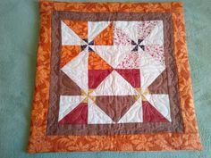 Almofada confeccionada a partir de sobras de trabalhos de patchwork.