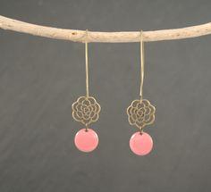 Boucles d'oreilles sequins émail rose corail et laiton : Boucles d'oreille par vaninavanini