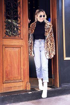 Botas brancas em um visual mais ousado? Nós amamos. O casaco de onça finalizou o visual.