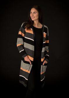 Smart lang og lækker jakke med striber strikket i Mayflower Cotton 2. Denne model har lang v-hals og dejlig dybe